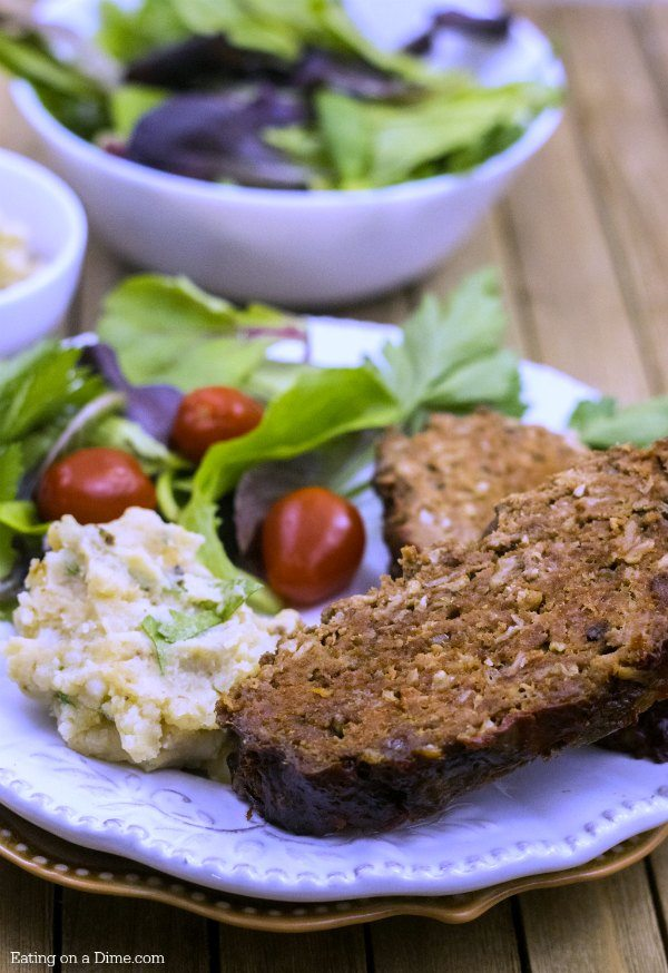 Easy Crockpot meatloaf recipe - Try this easy slow cooker traditional Meatloaf recipe. You are going to love this Quaker Oats meatloaf in the crock pot.