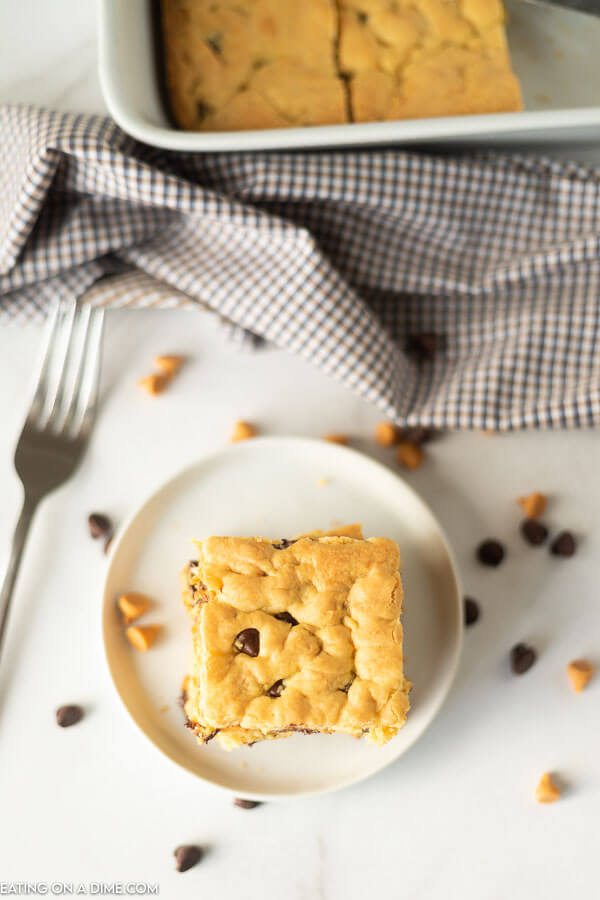 These butterscotch chocolate chip cookie bars are easy to make with only 5 ingredients! These cake mix cookie bars are simple and easy to make in under 30 minutes. You are going to love this easy dessert recipes. #eatingonadime #cakemixcookiebars #cakemixrecipes #easydessertrecipes