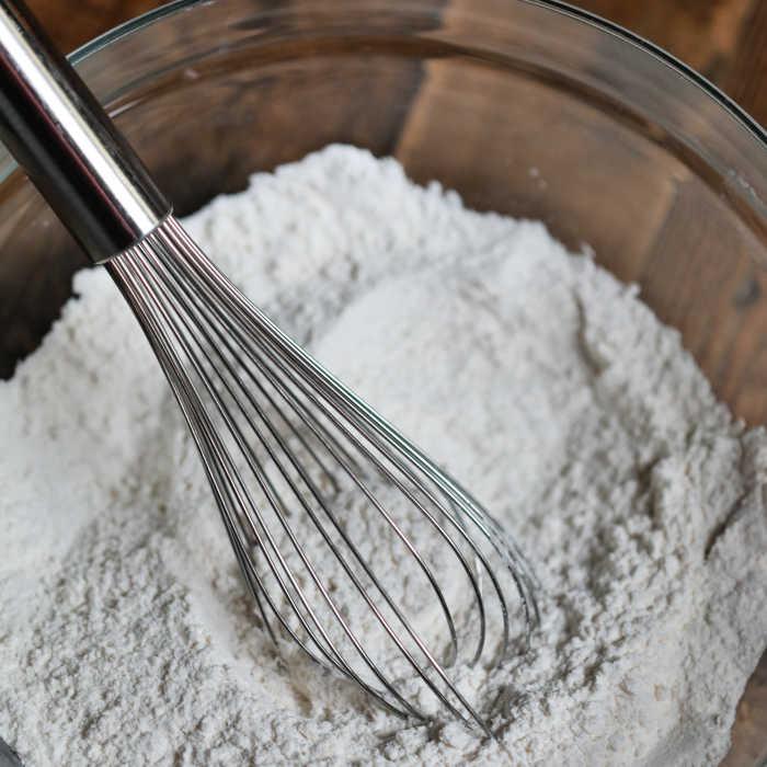C'est le MEILLEUR mélange de crêpes et de gaufres maison qui existe. Cette recette de mélange de crêpes maison avec de la farine est facile à faire à partir de zéro et fait des crêpes moelleuses. Apprenez à faire ce mélange de crêpes simple que vous pouvez préparer à l'avance et avoir des crêpes à tout moment ! Ce mélange de crêpes et de gaufres maison est l'une de mes idées de petit-déjeuner préférées et vous aimez cette recette facile et simple ! #eatingonadime #pancakemix #wafflemix #breakfastrecipes #pancakerecipes #easyrecipes #familyrecipes