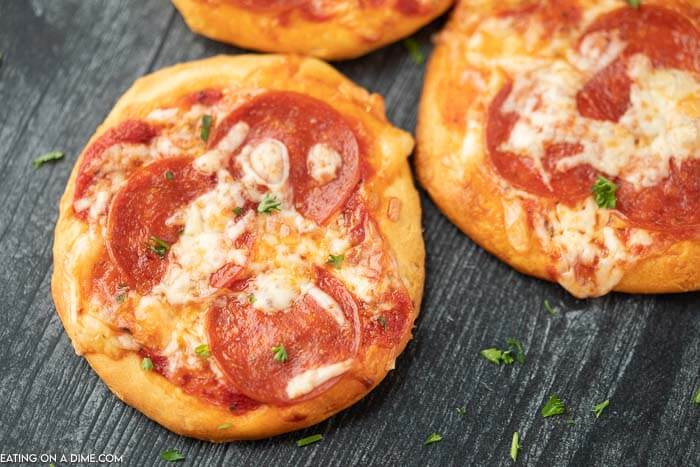 Craving pizza and need a quick and frugal recipe? Make this fun and tasty biscuit pizza recipe with all of your favorite toppings.