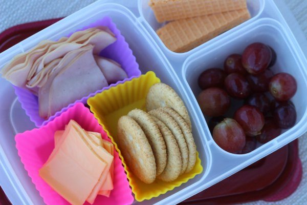 How to make healthy lunchables that your kids will love. Homemade lunchables that you can make at home for less! Easy healthy lunchables.