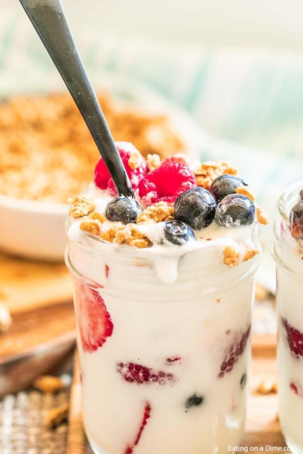 Easy fruit and yogurt parfait has layers of creamy yogurt, granola and fresh fruit. You can make ahead this easy fruit yogurt parfait for a healthy breakfast. This fruit yogurt parfait recipe is so quick and easy. #eatingonadime #easyfruitandyogurtparfait