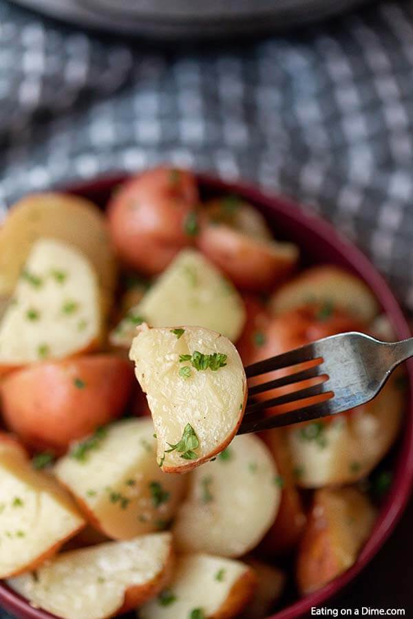 Need an easy side dish recipe? In just 10 minutes, this Quick and Easy Instant Pot Red Potatoes Recipe is on the table! A family classic made even faster.