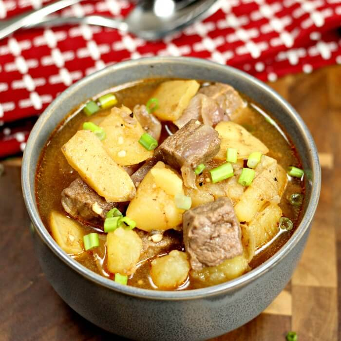 Looking for an easy crock pot recipe? This Crock pot Steak and Potatoes Beef Stew Recipe tastes amazing. Try this Steak and potatoes soup today!
