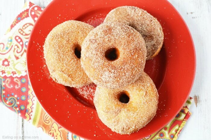 Homemade donuts are simple to make! You can make these easy homemade donuts with a can of biscuits! Learn how to make homemade donuts that are delicious.