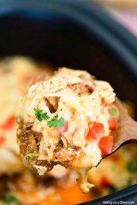 A cacerola Enchilada con carne de bueta rallada ten todos os sabores de Enchiladas nunha cacerola fácil de facer. Esta é a comida perfecta que facer durante as semanas cargadas.'est le repas parfait à faire pendant les semaines chargées.