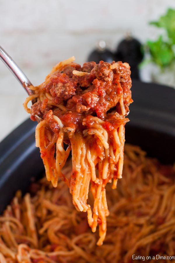 Crock pot Spaghetti Casserole Recipe is the best one pot meal for a great dinner any day of the week. Each bite is cheesy and yummy. Clean up is easy too.